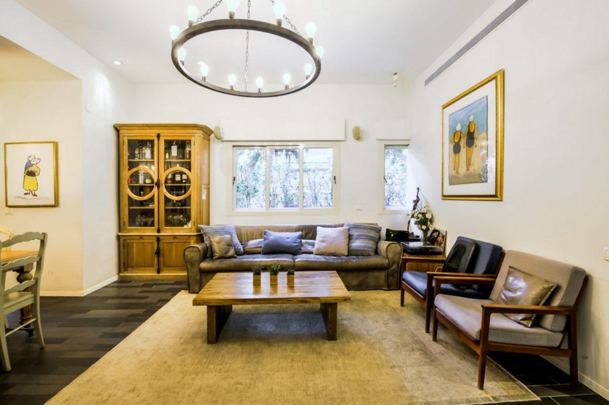 למכירה בלב העיר – בבניין באוהאוס לאחר שימור – דירת גן