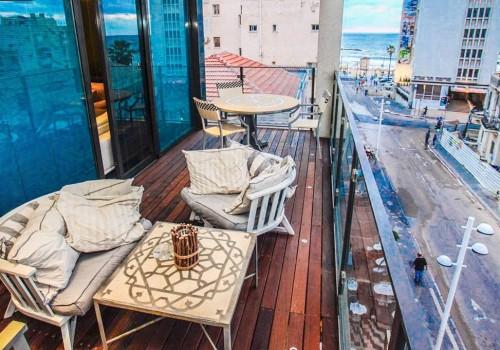 בבניין בוטיק חדיש – בקרבת הים – דירת 3 חדרים עם מרפסת