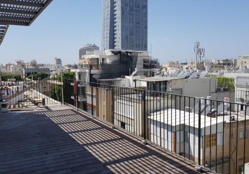 בבניין חדש במרכז העיר – דירת דופלקס גג – נוף פתוח מעל גגות העיר!