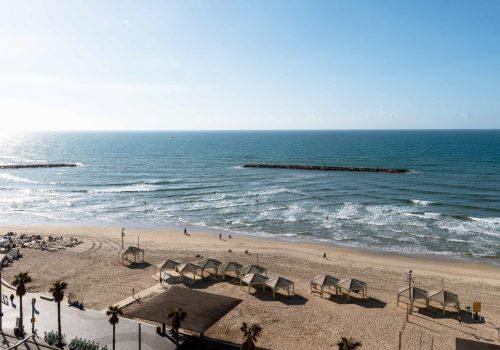 דירה משופצת ויפה קו ראשון לים, נוף פתוח לכחול ושמיים!!
