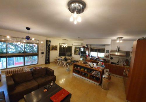 למכירה בצפון הישן ברחוב שקט בקרבת הפארק והנמל, דירה גדולה עם חנייה ומעלית.