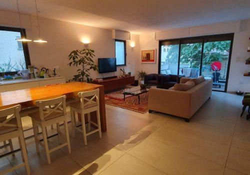 למכירה דירה בלב העיר, בבניין חדש מרפסת שמש, מעלית וחנייה.