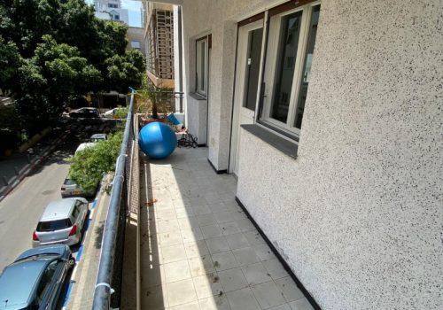 דירה למכירה עם מרפסת שמש, בבנין באוהאוס משופץ עם מעלית בתל אביב.