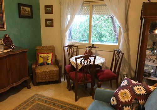 למכירה דירה של פעם, בבניין לשימור פינתי, במיקום מרכזי ושקט בסמטאות שד' בן גוריון.
