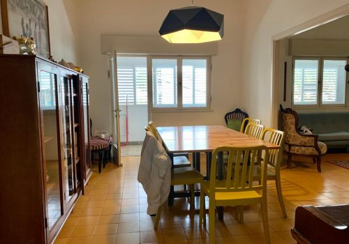 """למכירה בבניין באוהאוס דירה ענקית כ 145 מ""""ר, לב העיר – הליכה קצרה לים."""