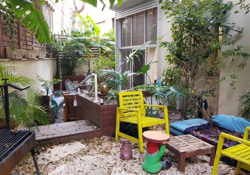 במרכז תל אביב, במרחק הליכה קצרה מהים! דירת גן משופצת אדריכלית עם גינה ענקית