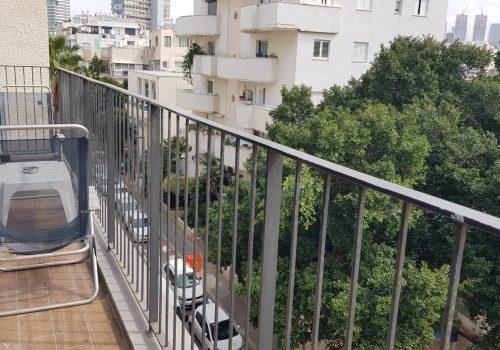 במרכז תל אביב, ליד בן יהודה, דקה מהים!! דירת -4 חדרים ענקית עם חניה פרטית ומרפסת!